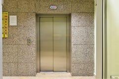 Porta da entrada e de saída do elevador imagem de stock