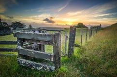 Porta da exploração agrícola no por do sol fotografia de stock