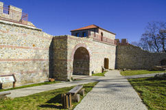 A porta da fortaleza de Cari Mali Grad, Bulgária imagens de stock royalty free
