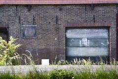 Porta da garagem do Grunge imagem de stock