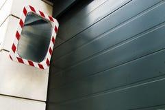 Porta da garagem do obturador do rolo com espelho Fotografia de Stock Royalty Free