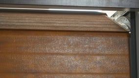 Porta da garagem do rolo-acima bonde automático ou porta comercial da flexão de braço video estoque