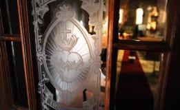 Porta da igreja Católica com coração sagrado Imagem de Stock Royalty Free