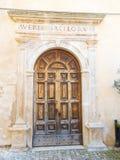 A porta da igreja de uma vila abandonada Foto de Stock Royalty Free