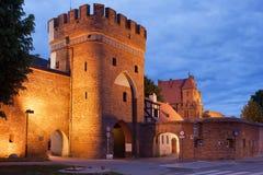 Porta da ponte e parede medievais da cidade em Torun Imagem de Stock