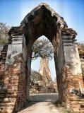 porta da porta de um templo antigo no ayuthaya Fotos de Stock