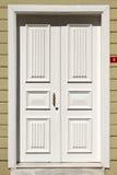 Porta da rua branca de madeira Fotografia de Stock Royalty Free