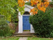 Porta da rua coberta com as videiras e as árvores foto de stock royalty free