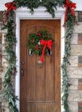 Porta da rua com decorações do Natal foto de stock