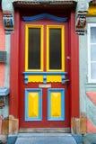 Porta da rua com janelas de vidro e placa de madeira pintada foto de stock royalty free