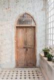 A porta da rua de madeira de uma casa com painéis de vidro Imagens de Stock