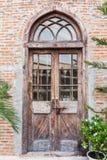 A porta da rua de madeira de uma casa com painéis de vidro Fotos de Stock Royalty Free