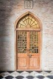 A porta da rua de madeira de uma casa com painéis de vidro Imagem de Stock