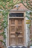 A porta da rua de madeira de uma casa com painéis de vidro Imagens de Stock Royalty Free