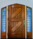 Porta da rua de madeira velha das pranchas com os wi do metal de um punho e do vidro Foto de Stock Royalty Free