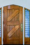 Porta da rua de madeira velha das pranchas com os wi do metal de um punho e do vidro Fotografia de Stock