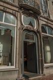 Porta da rua de uma construção de Art Nouveau em uma rua de Bruges foto de stock