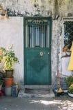 Porta da rua do trditional de Chineses com plantas imagens de stock