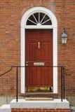 Porta da rua elegante em um edifício de tijolo imagens de stock