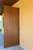 Porta da rua nova do metal de uma casa Fotografia de Stock Royalty Free