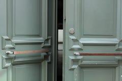 Porta da rua verde entreaberta Fotos de Stock