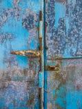 Porta de aço azul velha, fundo Fotografia de Stock Royalty Free