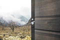 Porta de abertura com Mountain View imagem de stock