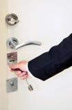 Porta de abertura da mão com chave Fotografia de Stock
