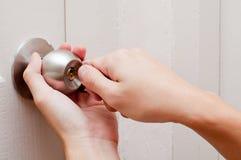 Porta de abertura da mão pela chave Fotografia de Stock