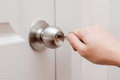 Porta de abertura da mão pela chave Imagem de Stock