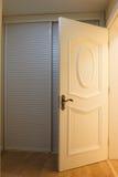 A porta de abertura de um quarto Fotografia de Stock