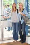 Porta de abertura dos estudantes fêmeas fotografia de stock royalty free