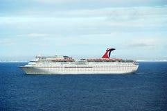 Porta de aproximação do grande navio de cruzeiros do passageiro Imagem de Stock Royalty Free