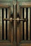 Porta de armário dos sarrafos e trava de madeira da madeira Fotografia de Stock Royalty Free