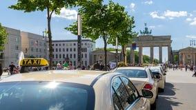 Porta de Berlin Brandenburg do táxi de táxi Fotos de Stock Royalty Free