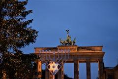 Porta de Brandemburgo e Menorah fotos de stock