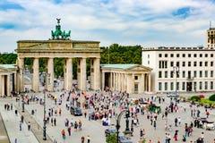 Porta de Brandemburgo e Pariser Platz, multidões na frente do Tor de Brandenburger, Berlim, Alemanha fotos de stock