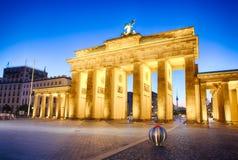 Porta de Brandemburgo iluminado por holofotes em Berlim - símbolo de Alemanha Imagens de Stock