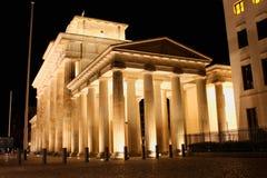 A porta de Brandemburgo iluminado por holofotes em Berlim - símbolo de Alemanha Imagem de Stock Royalty Free