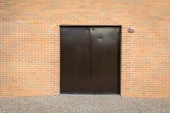 Porta de Brown e parede de tijolo Imagens de Stock Royalty Free