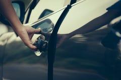 Porta de carro aberta da mão Foto de Stock