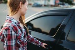 Porta de carro aberta da mão fêmea, conceito do novato do motorista fotografia de stock