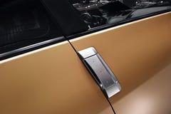 Porta de carro com punho Fotos de Stock Royalty Free
