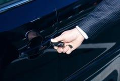 A porta de carro destrava pela chave Fotos de Stock Royalty Free