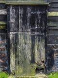 A porta de celeiro de madeira velha pintou preto imagens de stock royalty free