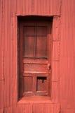 Porta de celeiro vermelha velha da exploração agrícola Fotos de Stock Royalty Free