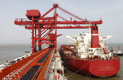 Porta de China Qingdao e terminal do minério de ferro da tonelada Fotos de Stock Royalty Free