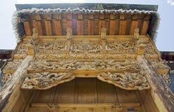 Porta de cinzeladura de madeira imagens de stock royalty free