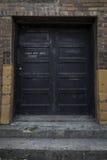 Porta de construção abandonada fotografia de stock royalty free
