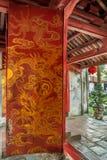 Porta de Dai Thanh no templo da literatura em Hanoi, Vietname Fotografia de Stock